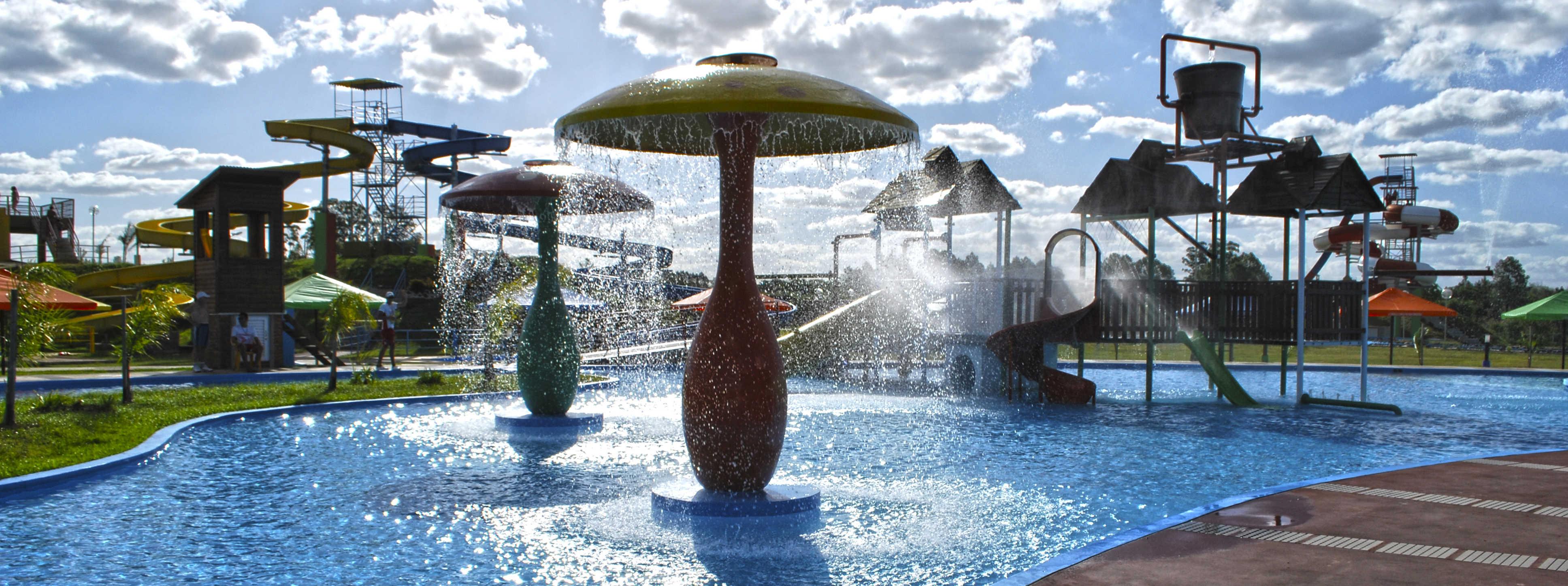 Imágen de toboganes y piletas del Parque Acuatico termal de la ciudad de federación en Entre Ríos